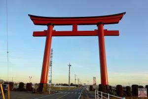 小泉稲荷神社の大鳥居